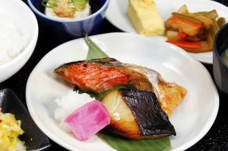 銀だら西京焼きと紅鮭カマの二味焼魚定食