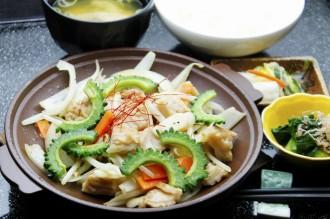 ゴーヤとホルモンのスタミナ炒め定食