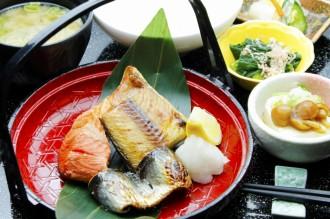 ほっけ、紅鮭、いわしの三種 焼魚 三味定食